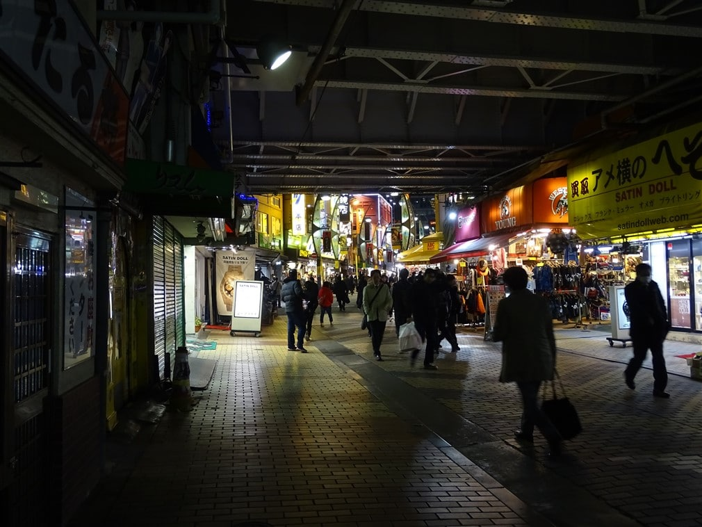 ameyoko-train-sous-rails-ueno