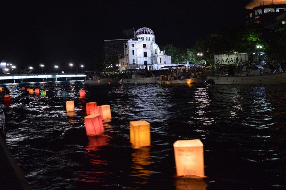 la cérémonie des lanternes à Hiroshima