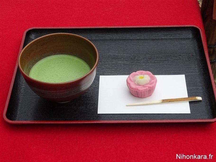 Un thé et un wagashi