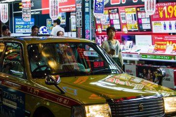Les taxis de Tokyo reflètent les néons