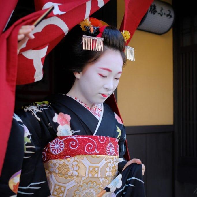 Une cérémonie avec des geisha